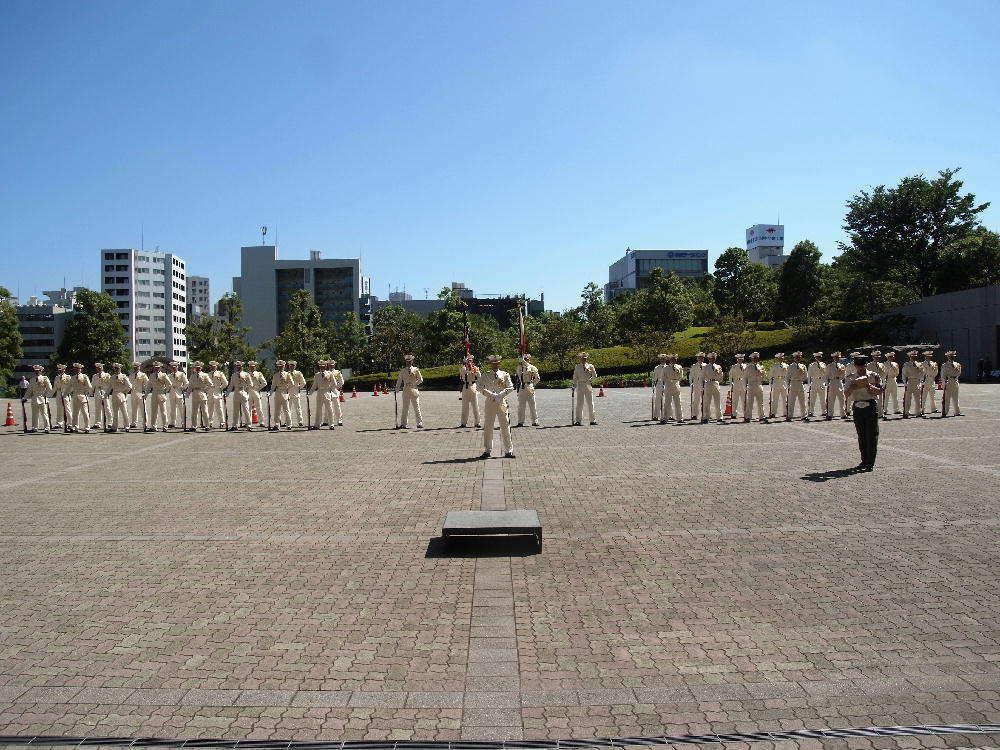 特別儀仗隊の正装である夏用の白の特別儀仗隊服装を着装し、指揮官はサーベ... 防衛省探検ツアー#
